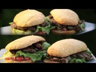 Гриль. Американский сэндвич с говядиной барбекю и соусом из сладких печеных перцев