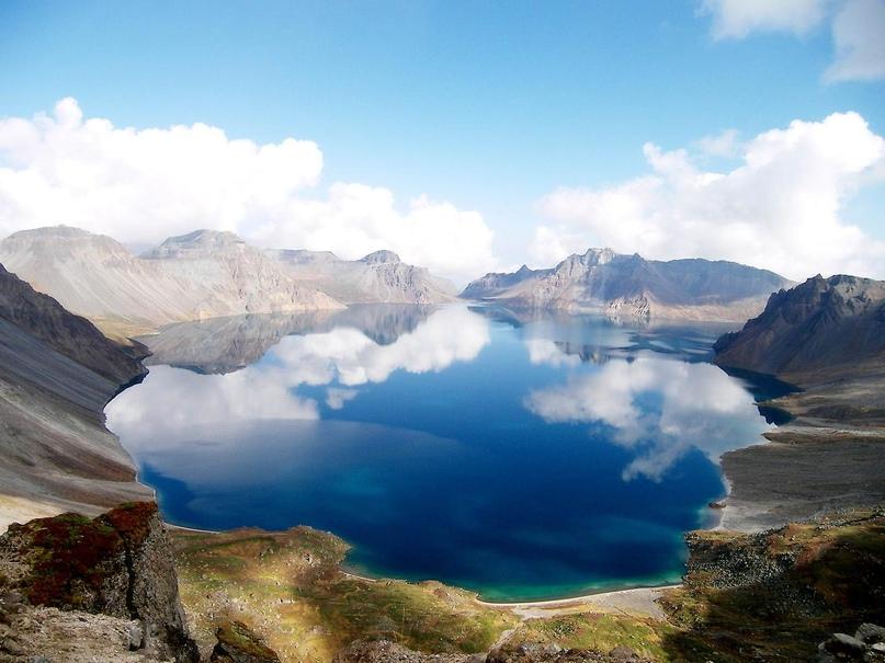 Африканский континент богат на странные достопримечательности, и одна из них — озеро Ниос, расположенное в кратере вулкана. Под водой находится магма, насыщающая воду углекислым газом. В 1986 году здесь произошла трагедия: огромный пузырь газа вырвался из-под воды, газ начал распространятся по району со скоростью 70 км/ч. В итоге задохнулось 1 700 человек, живших поблизости. По мнению специалистов, такие выбросы могут случаться раз в 10-30 лет.