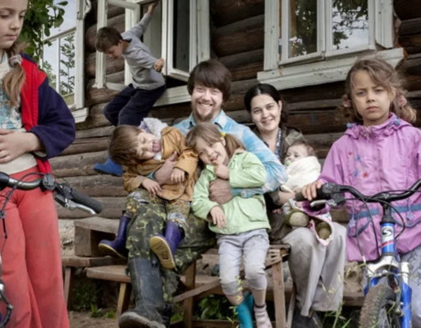 ДЯДЬ ВАСЕНЬКА Андрей с Натальей, ну, прям, сразу хорошо жить стали. Полюбили. Свадьбу хорошую сыграли. И с первого же дня в своём доме. Андрей его вместе с отцом поставил. Высокий дом получился,