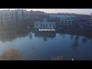 В Астрахани на замёрзшем Лебедином озере катался велосипедист.