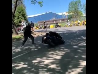 Мотоцикл сбежал от стантера, мото, прикол, байк прыгает