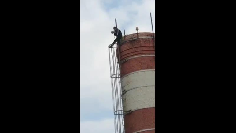 В Новороссийске мужчина забрался с рупором на трубу котельной чтобы высказать не