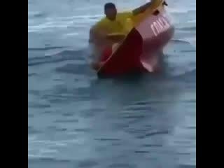 Просто немного юмора  Друзья, а вы умело справляетесь с лодкой