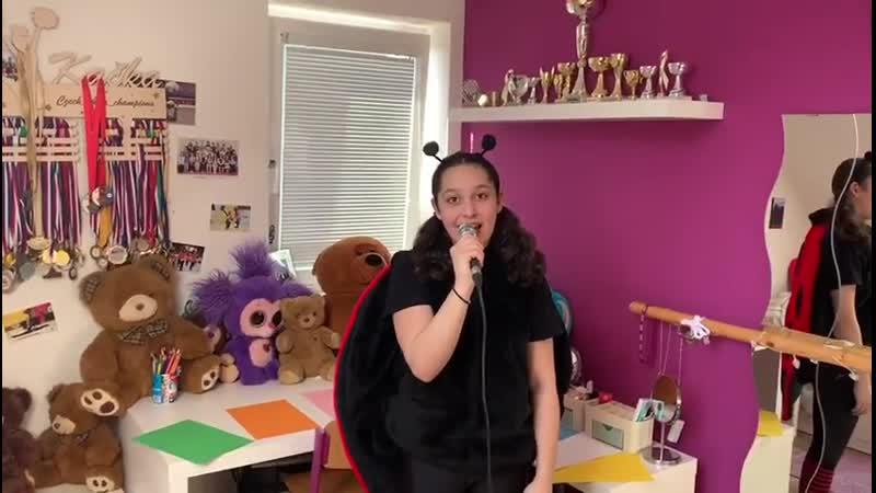 Beruška Aluška zpívá dětem ze svého pokojíčku