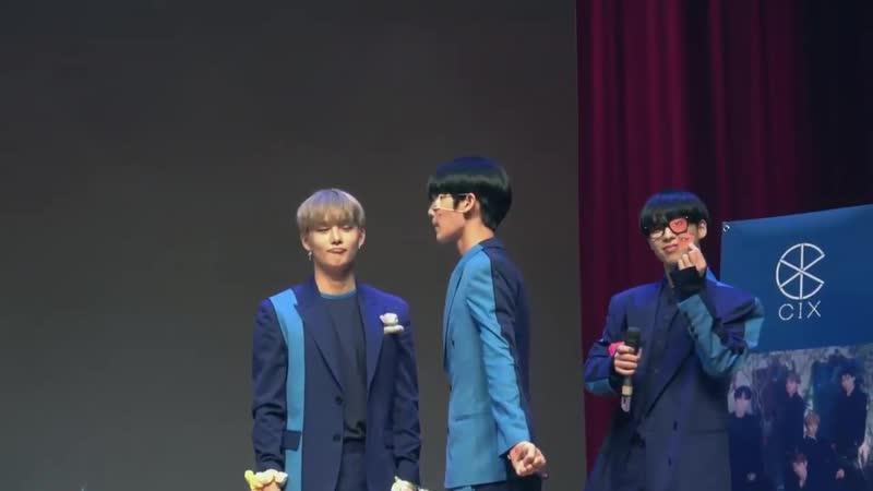 ในขณะที่พี่ซึงฮุนกับจินยองกำลังตกลงกันว่าจะร้องเพลงอะไรดี ข้างหลังพี่เบ้กก็ยุ่งอยู่กับการอวดแว่นที่เลนส์หลุดอ่ะ แฟนๆถาม เลนส