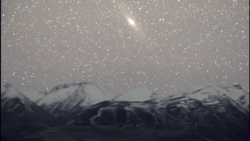 Восход и заход галактики Андромеды над Южными Альпами в Новой Зеландии