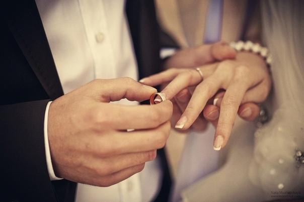 картинки как парень одевает кольцо нём есть