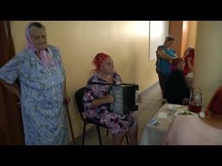 Чья - то мама, поёт в доме престарелых послушайте песню до конца.