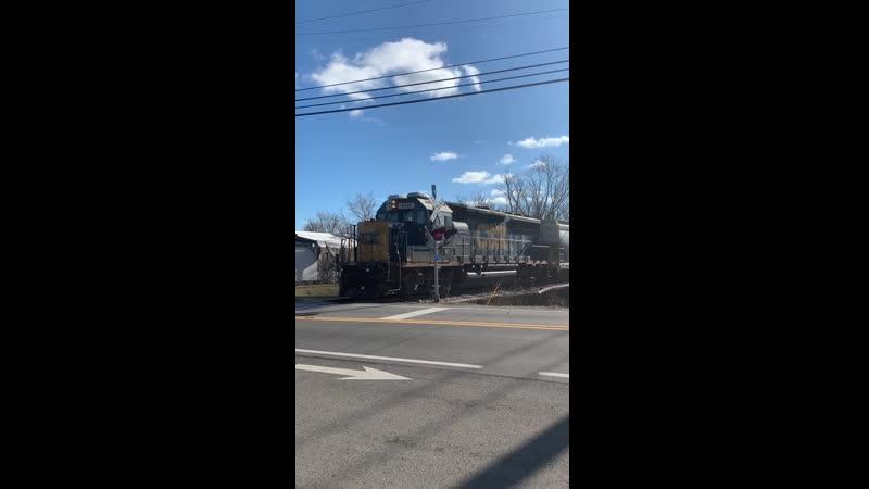 CSX 4435 с разгона на подъем вагонами вперед