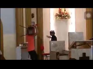 Вор залез в церковь, когда там находились прихожане. Идиот