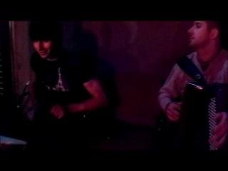 Чеченцы играют национальную музыку. Короче они бомбят от души)