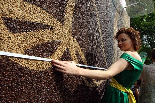 Самую большую картину из кофейных зерен представили в...