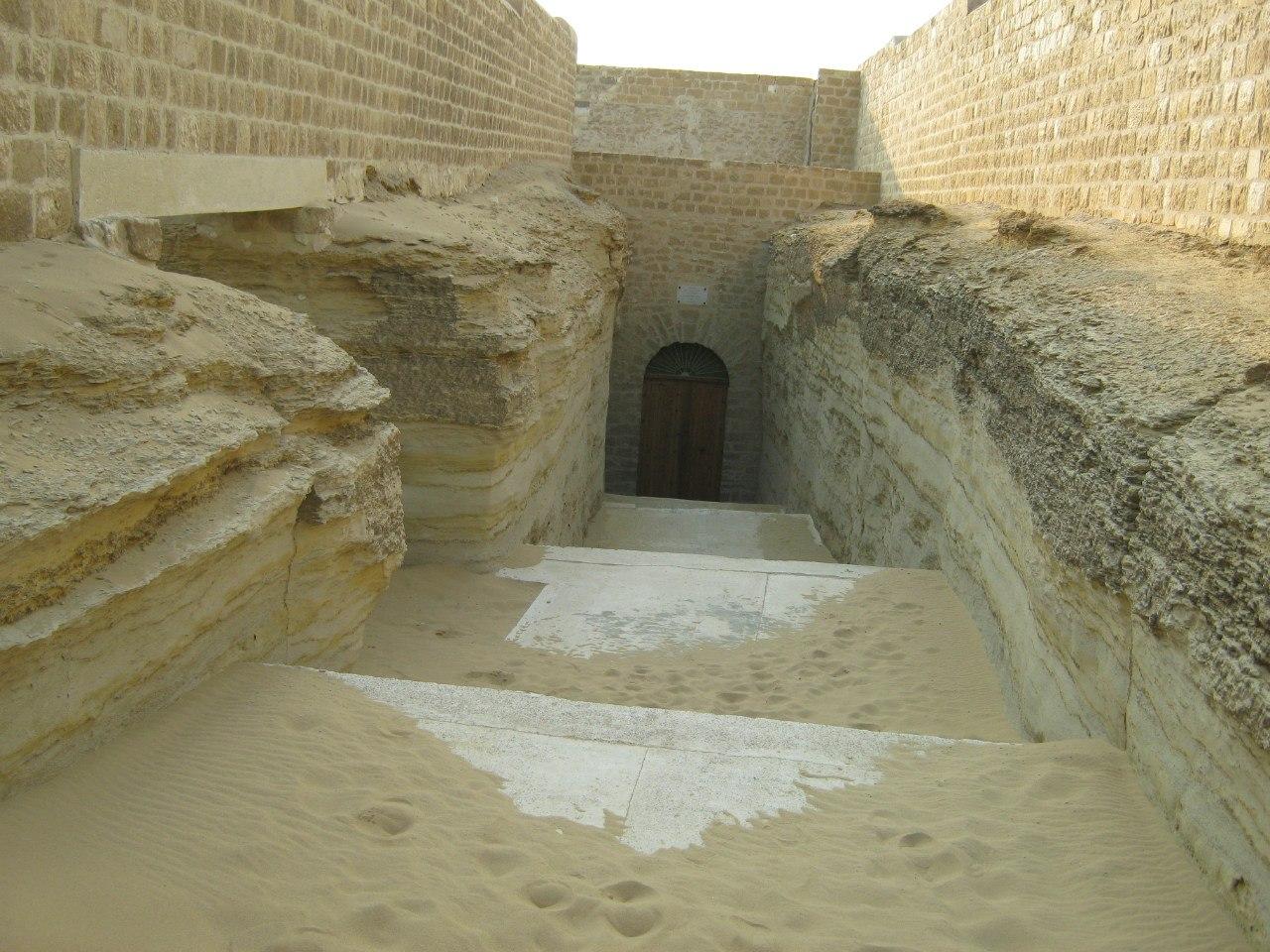 Вход в/на кладбище Серапеум