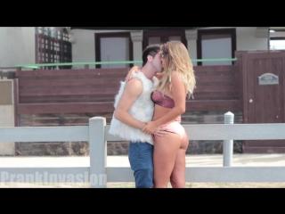 Kissing prank gay edition   поцеловать девушку с сочной жопой.