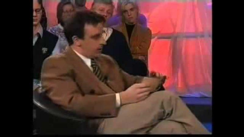 ведущий не сдержался и ржёт над гостями, TV presenter can't stop own laughing at guests