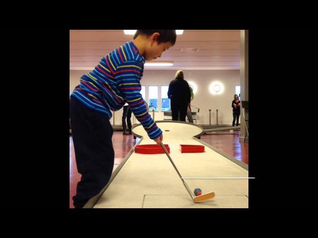 Milo 4 år spelar Bangolf i Asarum Inomhus Minigolf Bahnengolf