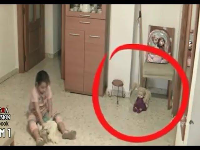 Pai filma boneca da filha mexendo a cabeça enquanto ela brincava