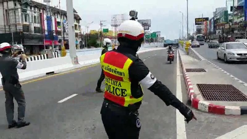 Полицейские Паттайи штрафуют мотоциклистов на выезде из дорожного тоннеля