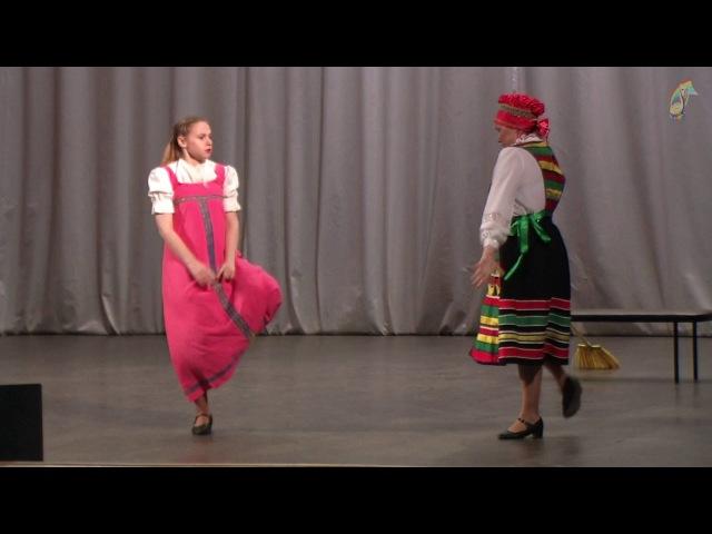 Танцуют взрослые Мама и дочь