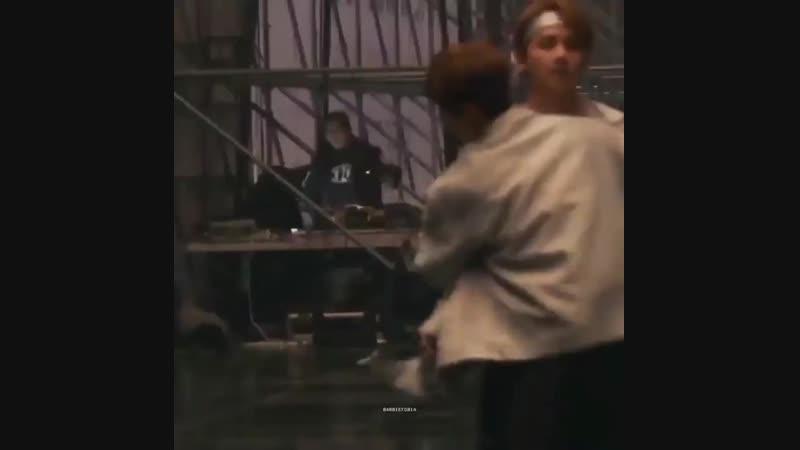 Джин обнимает всех перед концертом