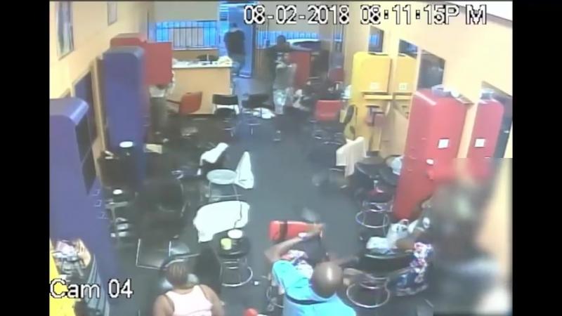 Хозяин парикмахерской выгнал вооруженных грабителей голыми руками