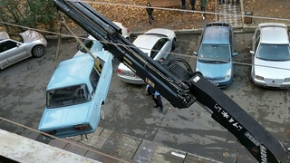 Moving famous car from the balcony in tbilisi