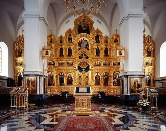 Троицкий собор, Псков - Иконостас.Портальная звезда накрыта красным ковром.