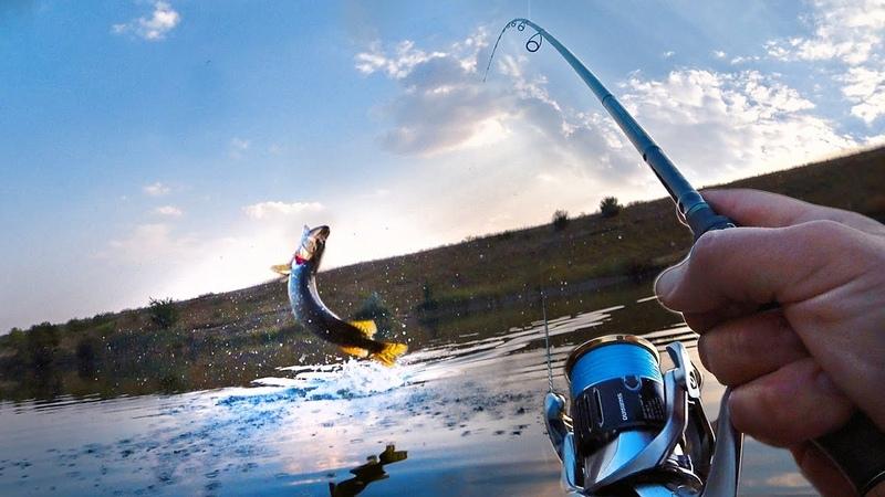 ЧТО ОНА ВЫТВОРЯЕТ ВЫ ДОЛЖНЫ ЭТО УВИДЕТЬ РАТТЛИНЫ РУЛЯТ КОЛЕБЛО КУРИТ 😀 Рыбалка со спиннингом