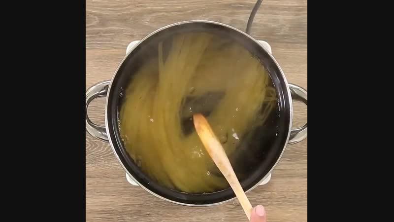 Спагетти с томатным соусом и риккотой