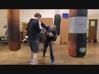 30 Правый удар через руку с уклоном (свинг или оверхенд)