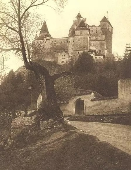 """Замок Бран, более известный как """"Замок Графа Дракулы"""", в котором согласно легенде ночевал известный воевода Влад III Цепеш во время своих походов"""