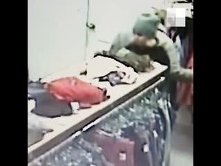 В магазине Екатеринбурга женщина вытащила кошелек из сумки покупательницы -