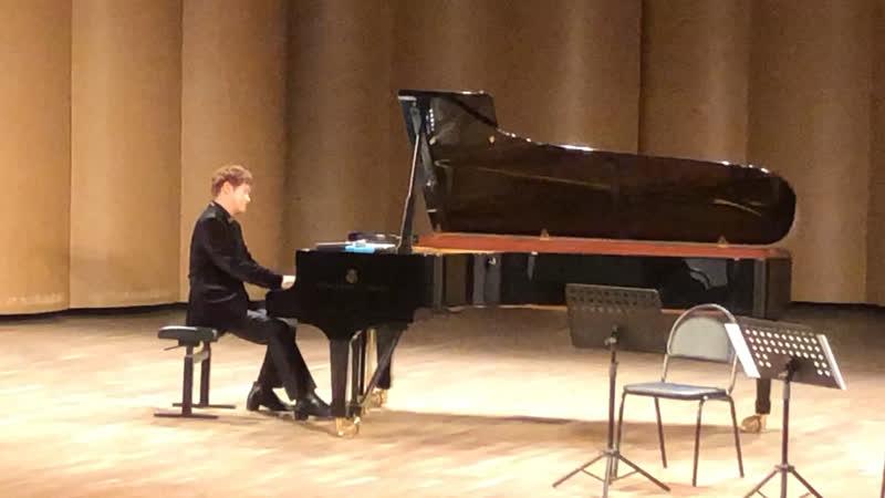 Южнокорейский композитор и пианист Шин ДжиХо