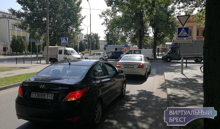 На Кирова хаос - водители ругаются, выясняя, кто как должен ехать, а кто не смотрит на знаки