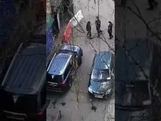 Москва. Фашист бьёт человека в наручниках.