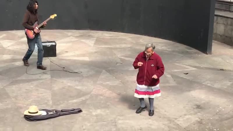 = Пенсионерка удивила прохожих своей любовью к рок н роллу =