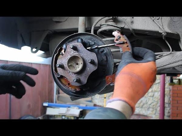 Замена задних барабанных колодок на Toyota Vitz Тойота Витц SCP10 2001 года
