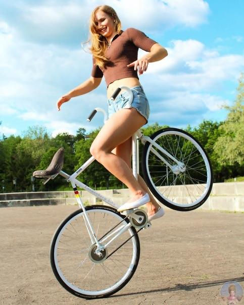 Чемпионка Европы по фигурной езда на велосипеде 24 летняя Виола Брэнд из Германии выполняет сумасшедшие трюки на велосипеде. Кажется, что законов физики для неё просто не