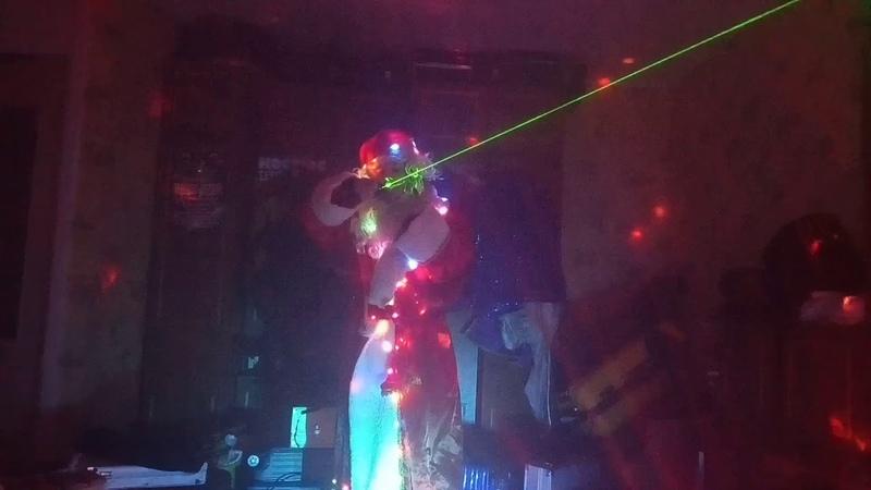 Дедушка мороз играет на лазерном варгане