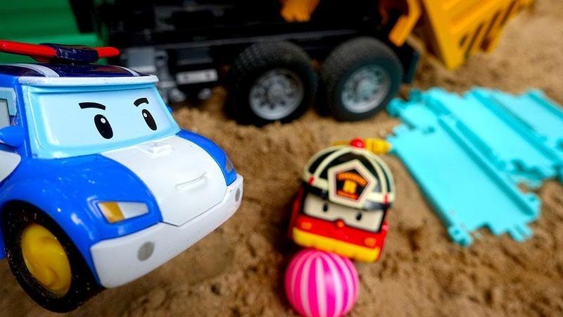 Robocar Poli ve Roy köprü yapıyorlar. Robocar Poli oyuncakları. Kum oyunları.