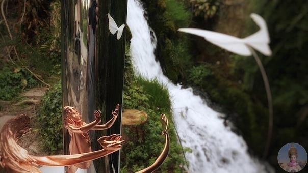 Джонти Гурвиц создает абстрактные скульптуры, которые в отражении зеркального цилиндра становятся понятными