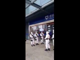 В аэропортах Китая уже дежурят солдаты в биозащитеПока что всё выглядит так, будто сюжет фильма про зомби-апокалипсис притвори