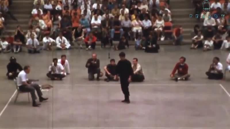 Брюс и чемпион США по фулл-контакт каратэ Джо Льюис наносят один и тот же удар.