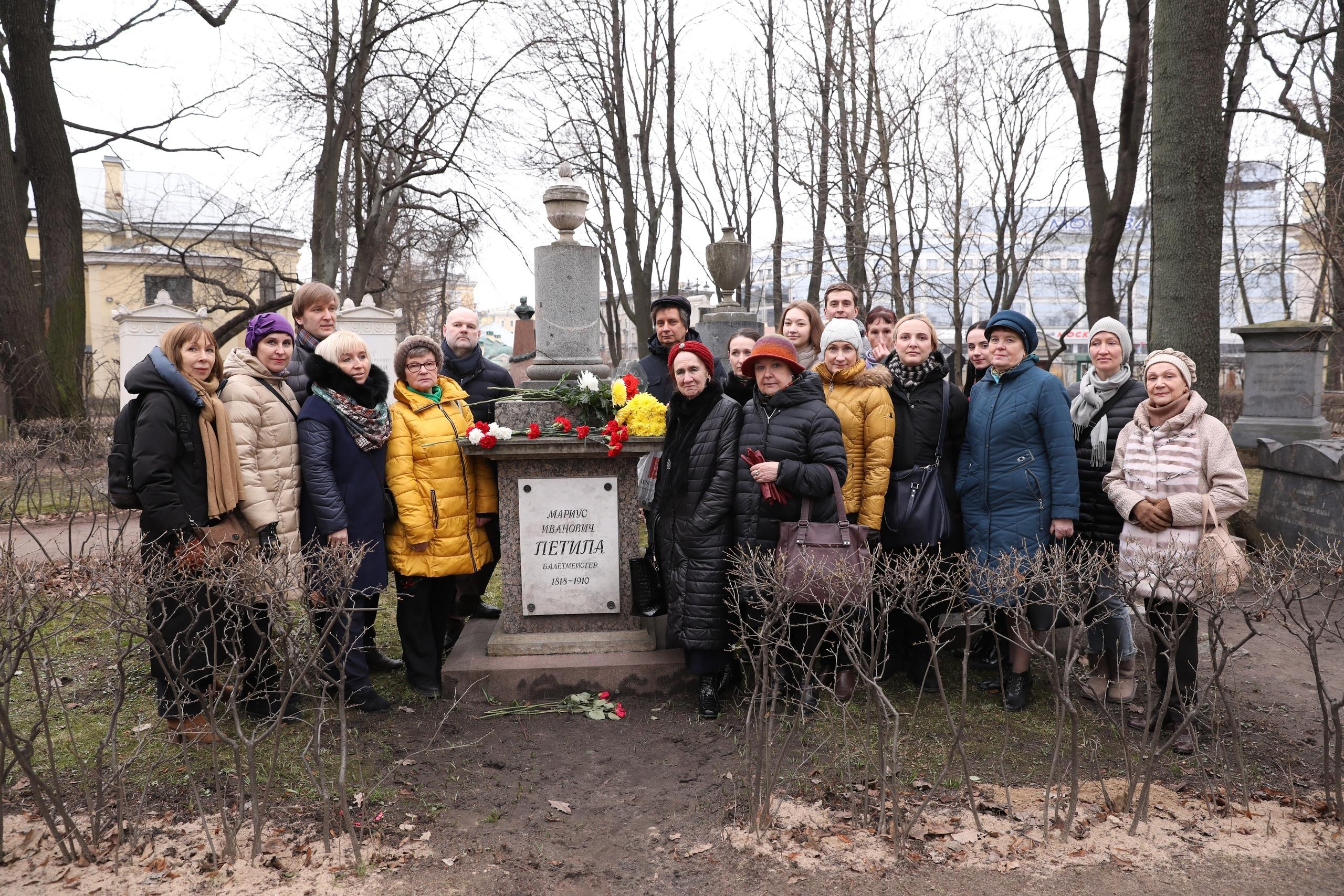 Возложение цветов к могиле Мариуса Петипа