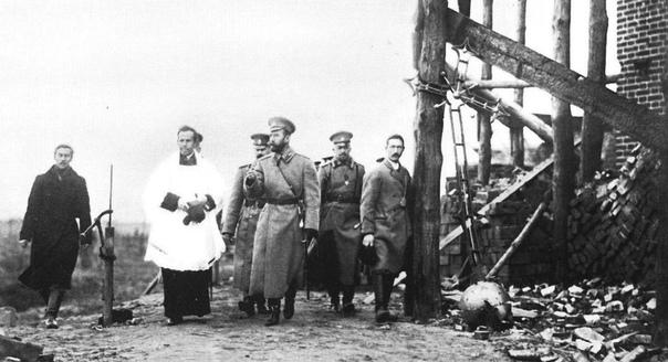 ВЫСЕЛИТЬ ПОПОВ ИЗ БРИГАДЫ Деникин ярко описал положение русского офицера после Февральской революции, которому среди взбудораженной солдатской массы подчас оставалось только молчать, сцепив