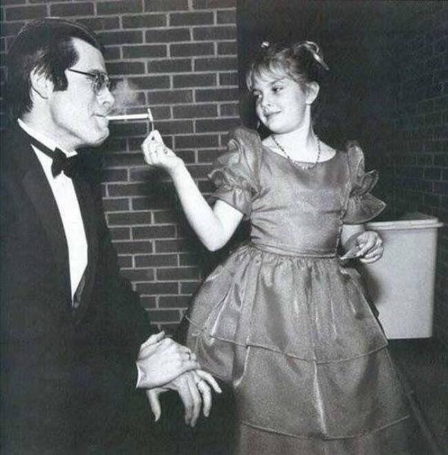 Стивену Кингу прикуривает маленькая Дрю Бэрримор, США, 1984 год.