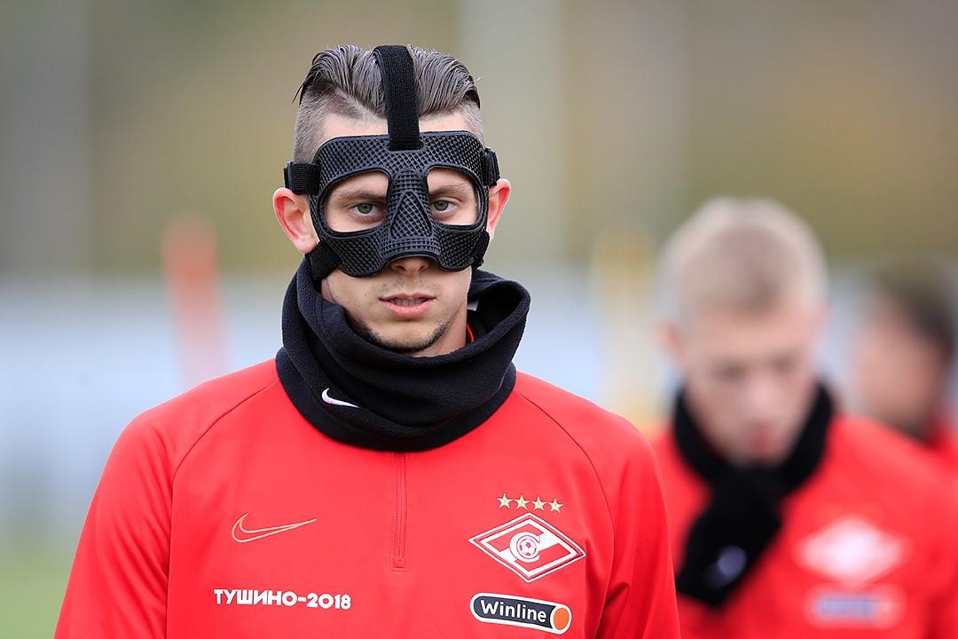 Илья Кутепов в защитной маске