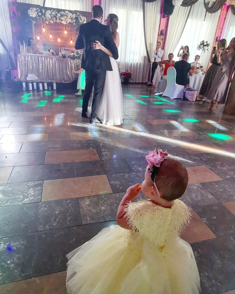Виктория Гудинская: Моя самая юная танцорка) Первый танец танцевала с женихом и невестой) 💖💕 Отлично погуляли на Свадьбе @dima_chernegel  и @alinaadorogokupets ) 🥰👼 #КаролинаРомановна #KarolinaRomanovnaS #малышикарандаши #доченька #детки #Свадьба