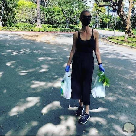 Гвинет Пэлтроу об эпидемии: Человечество еще засияет, как никогда раньше 47-летняя голливудская актриса решила не отставать от своих коллег и тоже показала, как она посещает общественные места в