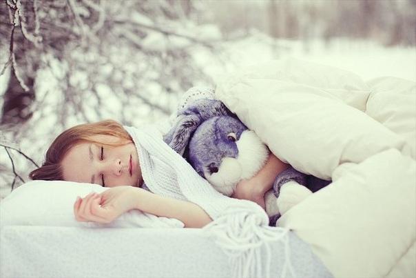 СПАТЬ В ХОЛОДНОЙ КОМНАТЕ ОЧЕНЬ ПОЛЕЗНО! Некоторые считают, что в спальне должно быть как можно теплее, а кое-кто круглый год укрывается толстым пуховым одеялом. Однако исследования говорят, что